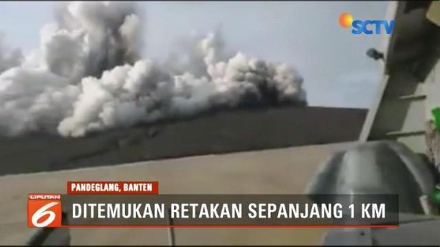 Waspada, ada retakan 1 km di punggung anak Gunung Krakatau. BMKG mengimbau masyarakat jauhi anak Gunung Krakatau radius 5 km.