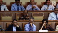 Menteri Keuangan Sri Mulyani (kanan) mendengarkan Rapat Paripurna DPR RI di Senayan, Jakarta, Rabu (25/10). Dari 10 fraksi yang ada di DPR, sembilan di antaranya memberikan persetujuannya.  (Liputan6.com/JohanTallo)