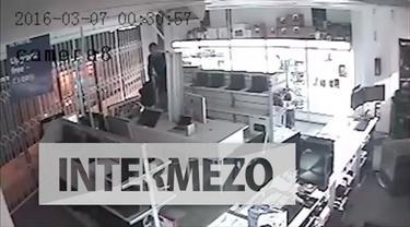 Ia terpeleset dan sepatunya hilang saat mencuri sebuah monitor di dalam sebuah toko.