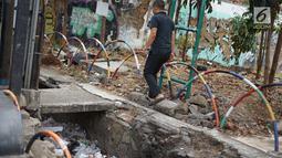 Pejalan kaki menghindari trotoar yang rusak dan berlubang di Jalan Raya Pasar Minggu, Jakarta, Jumat (13/9/2019). Selain mengganggu kenyamanan, kondisi trotoar yang rusak tersebut juga membahayakan pejalan kaki, terutama saat malam hari. (Liputan6.com/Immanuel Antonius)