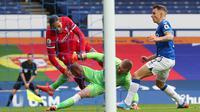 Bek Liverpool, Virgil van Dijk, ketika ditekel keras oleh kiper Everton, Jordan Pickford, dalam derby Merseyside di Goodison Park, Sabtu (17/10/2020). (AFP/PETER BYRNE)
