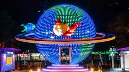 Pertunjukan cahaya menyambut Natal di Christmasland, New Taipei City, Taiwan, Senin (19/11). Christmasland akan menghibur pengunjung hingga 1 Januari 2019. (TVBS via AP Images)