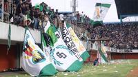 Suporter PSS Sleman beraksi di Stadion Maguwoharjo, Sleman. (Bola.com/Vincentius Atmaja)