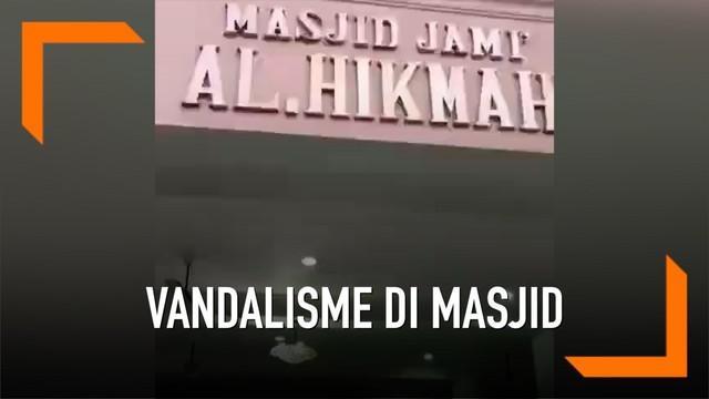 Seorang pria melakukan aksi vandalisme dengan menggambar kemaluan pada sebuah masjid di Cilandak, Jakarta Selatan.