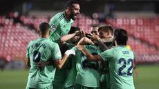 Pemain Real Madrid merayakan gol yang dicetak Ferland Mendy ke gawang Granada pada laga lanjutan La Liga pekan ke-36 di di Estadio Nuevo Los Carmenes, Selasa (14/7/2020) dini hari WIB. Real Madrid menang 2-1 atas Granada. (AFP/Jorge Guerrero)