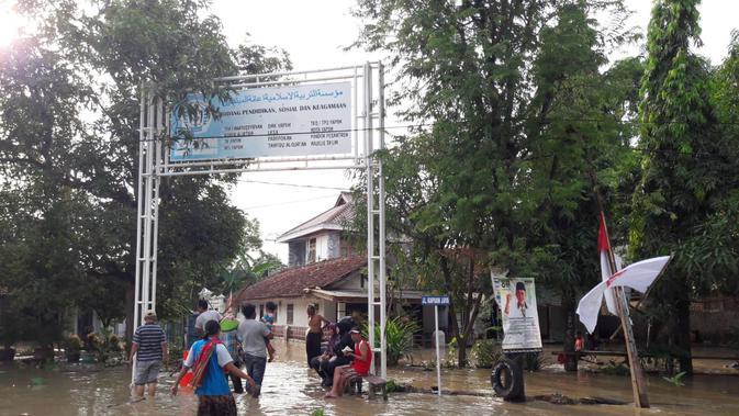 Ribuan rumah warga di Indramayu terendam banjir akibat luapan sungai Cimanuk. Foto (Liputan6.com / Panji Prayitno)