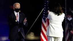 Presiden terpilih Joe Biden disambut Wakil Presiden terpilih Kamala Harris saat menyampaikan pidato kemenangan Pilpres AS 2020 di Wilmington, Delaware, Amerika Serikat, Sabtu (7/11/2020). Joe Biden dan Kamala Harris memenangkan Pilpres AS 2020. (AP Photo/Paul Sancya)