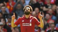 Penyerang Liverpool, Mohamed Salah, melakukan selebrasi usai mencetak gol ke gawang Brighton & Hove Albion di Stadion Anfield, Minggu (13/5/2018). Salah menjadi top scorer Premier League musim ini dengan raihan 32 gol. (AFP/Paul Ellis)