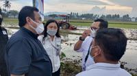 Wakil Ketua DPR RI Rachmat Gobel saat melihat langsung aktivitas pertanian di Kabupaten Gorontalo (Arfandi Ibrahim/Liputan6.com)