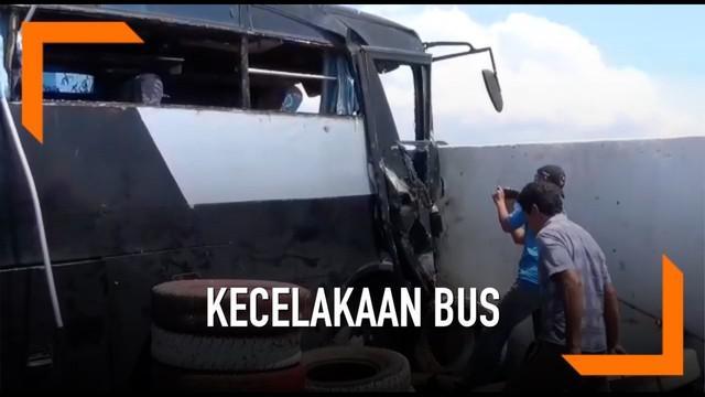 Kecelakaan  bus akibat rem blong kembali terjadi di tanjakan Selarong, Jalan Raya Puncak-Gadog, Megamendung, Puncak Bogor. Bus melaju kencang dan menabrak jalur pengaman.