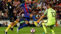 Striker Barcelona, Neymar, berusaha menaklukkan kiper Atletico Madrid, Jan Oblak, dalam laga pekan kelima La Liga Spanyol musim ini yang berlangsung di Camp Nou, Kamis (22/9/2016) dini hari WIB. (Reuters/Albert Gea)