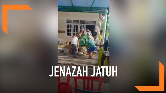 VIDEO: Heboh Jenazah Jatuh dari Keranda saat Dibawa ke Pemakaman