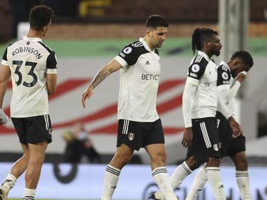 Striker Fulham, Aleksandar Mitrovic (tengah) dan kawan-kawan berjalan meninggalkan lapangan usai dikalahkan Burnley 0-2 dalam laga lanjutan Liga Inggris 2020/2021 pekan ke-35 di Craven Cottage Stadium, London, Senin (10/5/2021). Fulham dipastikan terdegradasi musim depan. (AP/Catherine Ivill/Pool)