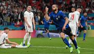 Pemain Italia Leonardo Bonucci melakukan selebrasi usai mencetak gol ke gawang Inggris pada pertandingan final Euro 2020 di Stadion Wembley, London, Inggris, 11 Juli 2021. Meski sudah sepuh, bek tengah ini jadi penentu dan nyawa pertahanan Italia. (Paul ELLIS/POOL/AFP)