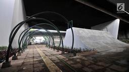 Suasana arena papan seluncur atau skate park dan lintasan sepeda BMX di kolong Flyover Slipi, Jakarta, Kamis (13/12). Pemprov DKI Jakarta melalui Suku Dinas Kehutanan membangun skate park. (Merdeka.com/Iqbal S. Nugroho)