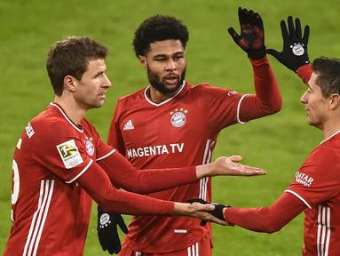 Penyerang Bayern Munchen, Robert Lewandowski, merayakan gol yang dicetaknya ke gawang Wolfsburg pada laga lanjutan Liga Jerman di Allianz Arena, Kamis (17/12/2020) dini hari WIB. Bayern Munchen menang 2-1 atas Wolfsburg. (AFP/Lukas Barth-Tuttas/pool)