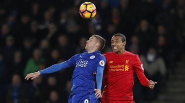 Penyerang Leicester City, Jamie Vardy (kiri) berebut bola udara dengan bek Liverpool, Joel Matip pada lanjutan Liga Inggris di stadion King Power, (28/2). Leicester City menang atas Liverpool dengan skor 3-1. (AFP Photo / Adrian Dennis)
