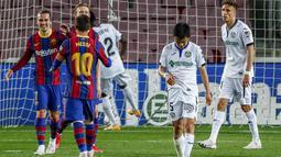 Penyerang Barcelona, Antoine Griezmann (kiri) melakukan selebrasi setelah mencetak gol ke gawang Getafe pada pertandingan lanjutan La Liga Spanyol di di stadion Camp Nou di Barcelona, Spanyol, Jumat (23/4/2021). Tambahan tiga angka membuat Barcelona kini mengumpulkan 68 angka di urutan ketiga. (AP P