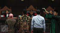 Wali Kota Surabaya Tri Rismaharini bersama dua saksi lainnya diambil sumpah sebelum memberi kesaksian terkait gugatan pengelolaan SMK/SMA oleh Pemprov Jawa Timur, di Mahkamah Kostitusi (MK), Jakarta, Rabu (8/6). (Liputan6.com/Faizal Fanani)