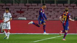 Bek Barcelona, Ronald Araujo melakukan selebrasi setelah mencetak gol ke gawang Getafe pada pertandingan lanjutan La Liga Spanyol di di stadion Camp Nou di Barcelona, Spanyol, Jumat (23/4/2021). Messi mencetak dua gol dan mengantar Barcelona menang telak atas Getafe 5-2. (AP Photo/Joan Monfort)