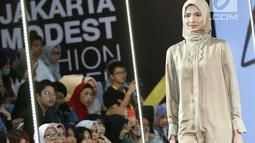 Model berjalan di atas catwalk mengenakan busana L.tru X Fenita Arie dalam ajang Jakarta Modest  Fashion Week, di Gandaria City, Jakarta, Jumat, (27/7). (Kapanlagi.com/Agus Apriyanto)