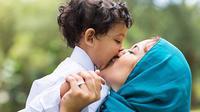 4 Tips Agar Anak Tenang di Masjid Selama Sholat Idul Fitri