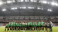 Timnas Indonesia foto bersama setelah berlatih di Stadion Nasional Singapura, Kamis (8/11/2018), menjelang laga perdana di Piala AFF 2018. (Bola.com/Muhammad Iqbal Ichsan)