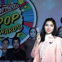 Penyanyi Isyana Sarasvati tak bisa menyembunyikan rasa senangnya saat didapuk menjadi juri dalam ajang Cornetto Pop Awards. Meski ia tak memungkiri kesulitan dengan banyaknya karya yang memiliki ciri khas masing-masing. (Deki Prayoga/Bintang.com)