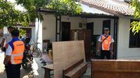 Penertiban Aset PT KAI Daops 3 Cirebon kerap terkendala minimnya kesadaran penyewa lahan itu sendiri. Foto (Liputan6.com / Panji Prayitno)