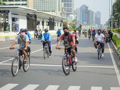 Warga beraktivitas menggunakan sepeda di kawasan Bundaran HI, Jakarta Pusat, Minggu (8/11/2020). Pemerintah Provinsi DKI Jakarta memastikan masa Pembatasan Sosial Berskala Besar (PSBB) transisi yang berakhir pada hari ini kembali diperpanjang. (Liputan6.com/Faizal Fanani)