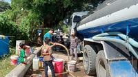 Suplai air bersih dari PDAM Mamuju ke penyintas gempa di Jalan Juanda, Kota Mamuju, Rabu (20/01/2021). (Foto: Heri Susanto/ Liputan6.com).