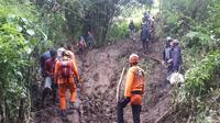 Tim SAR Padang melakukan operasi siaga dan evakuasi di jalur pendakian Gunung Talang. (Liputan6.com/ Dok SAR Padang)