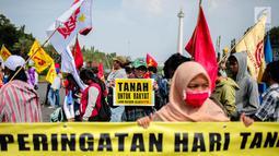 Massa saat menggelar aksi di depan Istana Negara, Jakarta, Senin (25/9). Mereka menyatakan sikap kepada pemerintah untuk menghentikan  perampasan dan Monopoli Tanah melalui program RAPS, serta berbagai skema lainnya. (Liputan6.com/Faizal Fanani)