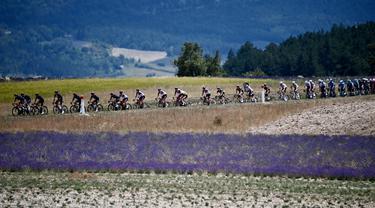 Pemandangan indah saat para pembalap beraksi pada etape 11 Tour de France 2021. (Foto: AFP/Anne-Christine Poujoulat)