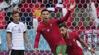 Pemain Portugal Cristiano Ronaldo berselebrasi di samping pemain Jerman Joshua Kimmich setelah mencetak gol pada pertandingan Grup F Euro 2020 di Allianz Arena, Munchen, (AP Photo/Matthias Schrader, Pool)