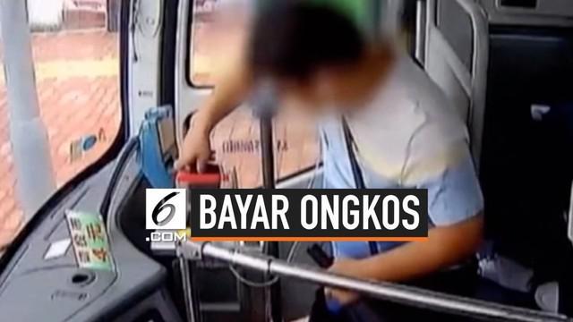 Seorang pria China tidak tahu bagaimana cara membayar biaya perjalanannya menggunakan bus. Tanpa mendengar instruksi sopir dengan benar, ia memasukkan ponselnya ke dalam kotak uang.