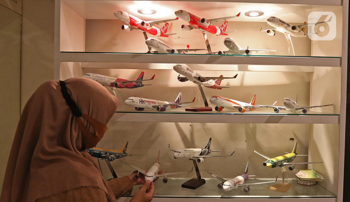 Pekerja menata miniatur pesawat di workshop Anglo Indonesian Aircraft Models di Cibinong, Kabupaten Bogor, Kamis (15/10/2020). Sebuah miniatur pesawat ini dijual seharga Rp250 ribu hingga Rp 50 juta tergantung skalanya. (Liputan6.com/Herman Zakharia)