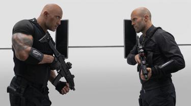 """Aktor Dwayne Johnson (kiri) dan Jason Statham saat beradegan dalam film terbarunya """"Fast & Furious Presents: Hobbs & Shaw."""". Fast & Furious Presents: Hobbs & Shaw adalah film aksi Amerika tahun 2019. (Daniel Smith/Universal Pictures via AP)"""