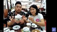 Celebrity chef Christian Yang menerangkan cara penggunaan mangkuk untuk menyeduh teh ala warga Hong Kong. (Liputan6.com/Dinny Mutiah)