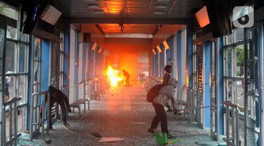 FOTO: Aksi Anarkis Massa Membakar Halte Transjakarta di Thamrin