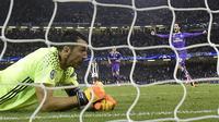 Kiper Juventus, Gianluigi Buffon, tampak kecewa usai gawangnya kebobolan pada laga final Liga Champions di Stadion Millennium, Sabtu (3/6/2017). Juventus kalah 1-4 dari Real Madrid. (AFP/Javier Soriano)