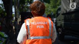 Warga mengenakan rompi pelanggar PSBB (Pembatasan Sosial Berskala Besar) saat terjaring razia di Pasar Gembrong, Jakarta, Selasa (2/6/2020). Para pelanggar aturan PSBB tersebut dijatuhi sanksi membayar denda atau melakukan pelayanan sosial. (merdeka.com/Imam Buhori)