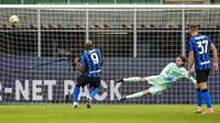 Striker Inter Milan, Romelu Lukaku, mencetak gol lewat tendangan penalti ke gawang AC Milan pada laga perempat final Coppa Italia di Giuseppe Meazza, Selasa (26/1/2021). Inter Milan menang dengan skor 2-1. (AP/Antonio Calanni)