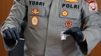 Kabid Humas Polda Metro Jaya, Kombes (Pol) Yusri Yunus menunjukkan barang bukti saat rilis penyalahgunaan narkotika yang melibatkan artis Nia Ramadhani dan suaminya Ardi Bakrie di Polres Jakarta Pusat, Kamis (8/7/2021). Polisi menyita 0,78 gram sabu dan alat hisap. (Liputan6.com/Helmi Fithriansyah)