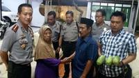 Kapolres Jember AKBP Kusworo Wibowo (kanan) mendampingi Suryati dan Bawon yang berjabat tangan usai berdamai dalam kasus pencurian 3 buah pepaya di Jenggawah. (Times Indonesia/Istimewa)