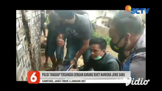 Dalam rangka memerangi narkoba, Polres Sampang, Jawa Timur, menggerebek rumah terduga bandar narkoba. Tersangka SM, ditangkap di halaman rumah, saat hendak mengantarkan paket sabu di baju tersangka.