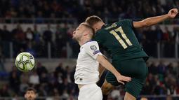Striker timnas Italia, Ciro Immobile dan pemain timnas Yunani, Michalis Bakakis berebut bola pada pertandingan grup J babak kualifikasi Piala Eropa 2020 di Stadio Olimpico, Sabtu (12/10/2019). Timnas Italia memastikan satu tempat pada putaran final setelah menang 2-0. (AP/Alessandra Tarantino)