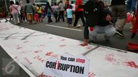 Aksi jelang peringatan Hari Anti Korupsi Sedunia  9 Desember  yang dilakukan BEM UI ini mengajak warga untuk berpartisipasi dalam gerakan nasional memberantas korupsi, Jakarta, Minggu (27/11). (Liputan6.com/Johan Tallo)