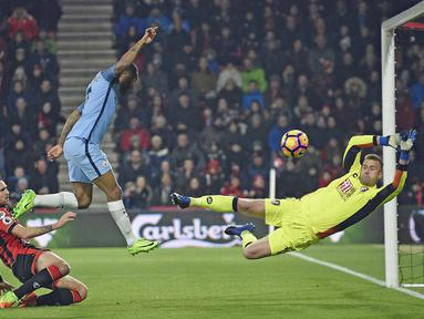 Sepakan pemain Manchester City, Raheem Sterling (tengah) menembus kawalan kiper AFC Bournemouth pada lanjutan Premier League di Vitality Stadium, Bournemouth, (13/2/2017). Manchester City menang 2-0. (EPA/Gerry Penny)