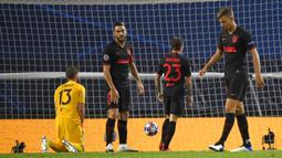 Pemain Atletico Madrid, Koke, tampak lesu usai dikalahkan RB Leipzig pada perempat final Liga Champions 2019/2020 di Estadio Jose Alvalade, Jumat (14/8/2020) dini hari WIB. Atletico Madrid kalah 1-2 atas RB Leipzig. (AFP/Lluis Gene/pool)